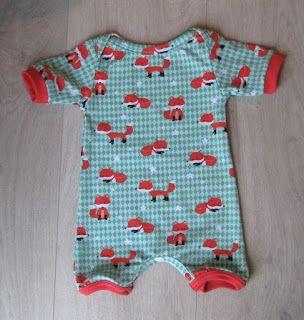 babycadeautje 3 van 3: kiind kruippakje met korte mouwen
