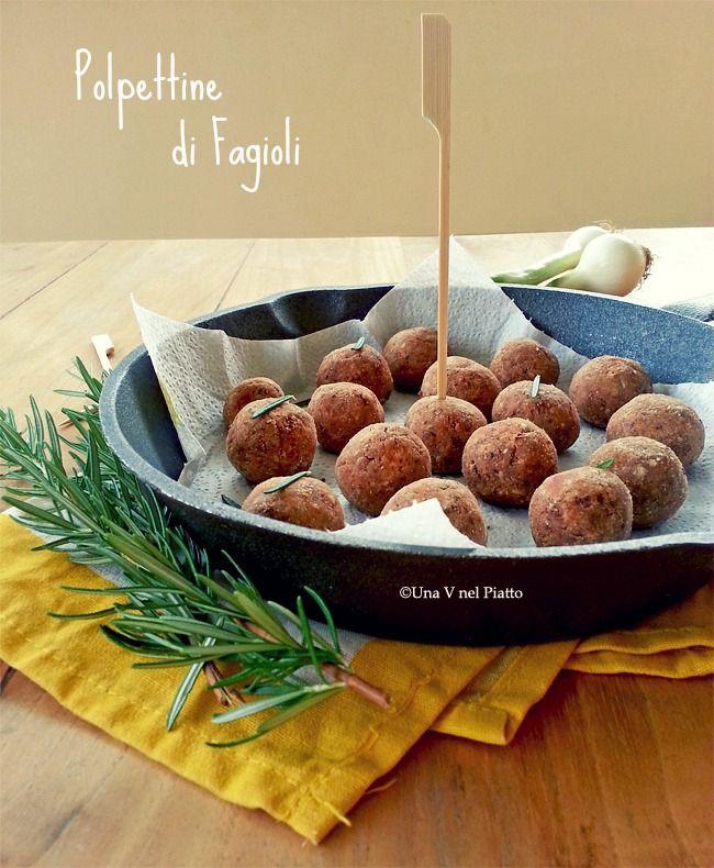 Sfiziose polpettine di fagioli e semi di sesamo. Un ottimo finger food vegano perfetto da offrire per un aperitivo o una cena in famiglia e con amici.