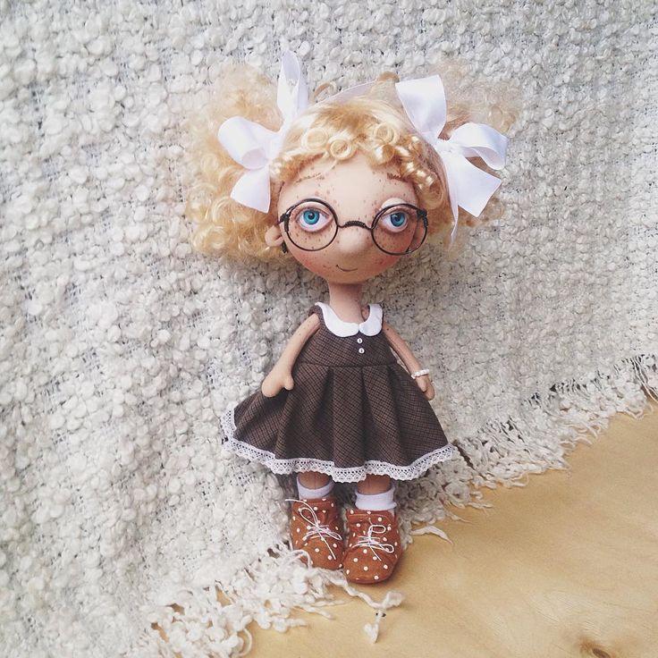 """Кукла отличница.  У неё два образа. Ещё есть розовое домашнее платьице """"Хелло Китти"""". (Два платья, панталоны, носки, ботинки, тёплые носки, бантики, шарфик, браслеты, серёжки. )Волосы до талии, если распустить.Рост 35 см. Её можно купить. Стоимость с обоими комплектами одежды 8000₽( плюс почта 500₽, так как оценка стоимости очень высокая) Если кому-то понравилась и захотите приобрести, просто напишите о своём желании тут в комментарии.  КУКЛА КУПЛЕНА  #куклабукашечка"""