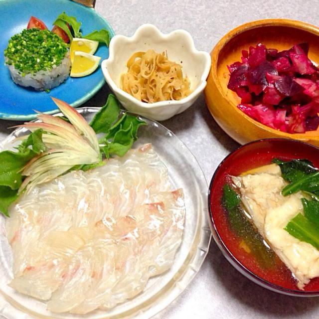 ヒラメの昆布締め、 ヒラメのお吸い物、 ヒラメのタタキ、 蓮根のきんぴら、 ビーツとキャベツとハヤト瓜のサラダ です。 - 15件のもぐもぐ - 今夜もヒラメ by orieueki