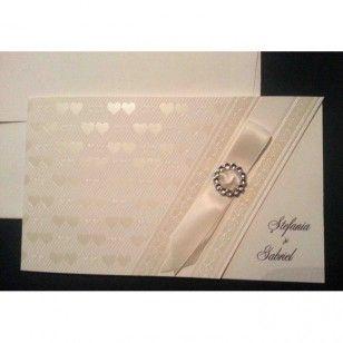 Invitatie confectionata din carton embosat culoarea untului - model inimioare. Interior dedicat scrisului.