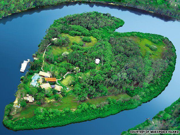 Makepeace Island - Island is a small island resort located in the Noosa River on Australia's Sunshine Coast. The private island features a main house, a four-bedroom guest house, several two-bedroom villas and a boat house. The island can hold up to 22 guests.