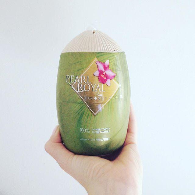 Questo originalissimo packaging nasconde al suo interno una lattina di acqua di cocco 😍Non è una confezione splendida?  Quest'acqua di cocco proveniente dalla Thailandia è 100% naturale, senza grassi, zuccheri e conservanti. È una bibita freschissima e davvero sfiziosa per il mio gusto. Se la bevi ad occhi chiusi puoi subito immaginare di essere in una spiaggia caraibica 😎🍹🏝😂😂 L'ho acquistata al supermercato Iper 😉 #pearlroyal #pearlroyalcoconutwater #coconutwater #healthy #drinks…