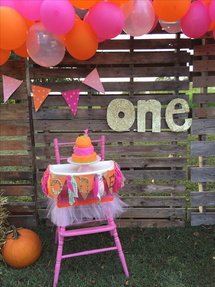 Pumpkin and pink party. First birthday party. Pumpkin party. Our little pumpkin is one. Fall party. Pumpkin birthday. October party. October baby. October party. Pumpkin decor. Pumpkin party decor. Fall party decor. Pumpkin patch decor. Smash cake. Pallet wall. DIY pallet wall. Balloon garland. For more: Instagram @ihavethecoolestgoatever