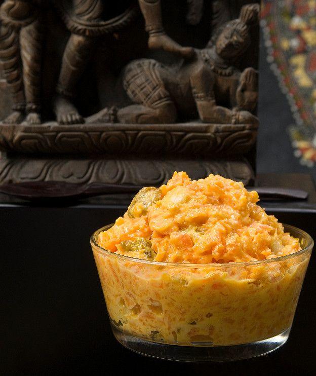 1 κιλό καρότα, τριμμένα 2 κιλά γάλα 1 κ.γ. κάρδαμο, τριμμένο 200 γρ. βούτυρο ghee (ινδικό βούτυρο) ή αιγοπρόβειο από βαζάκι 250 γρ. ζάχαρη 80 γρ. σταφίδες ξανθές 50 γρ. αμύγδαλα λευκά