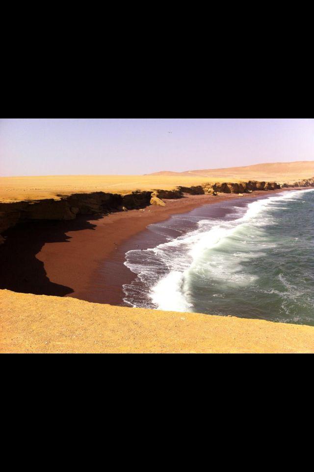 Reserva Nacional de Paracas. Playa Roja. Desierto, mar verde y arena roja.