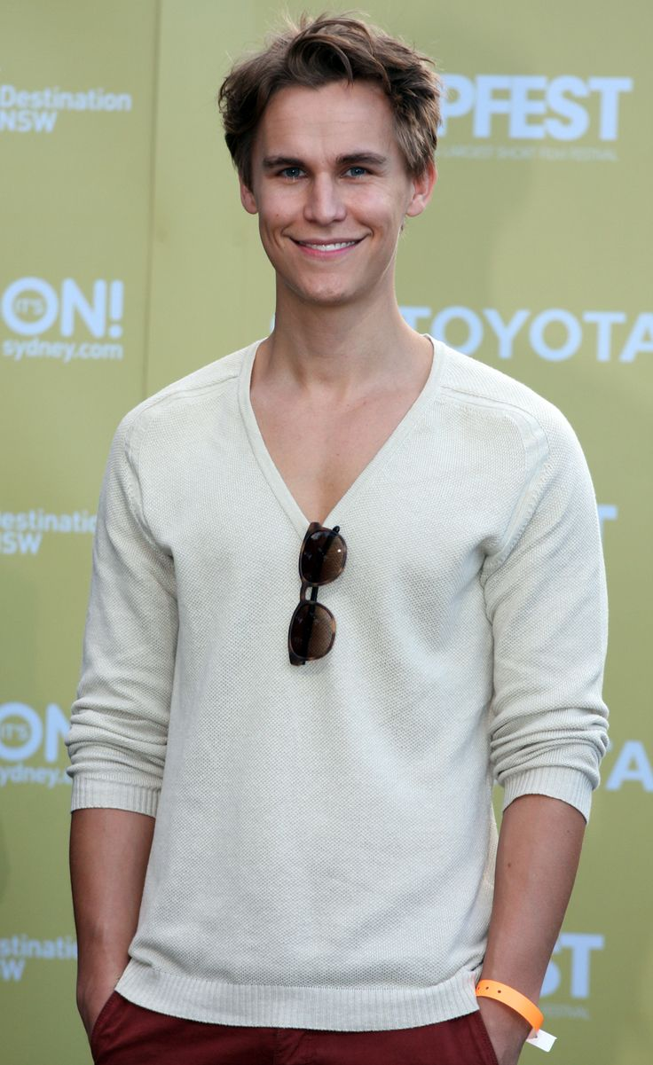 rhys wakefield - The Purge lol he sure was a creeper!, but omg he's fine.