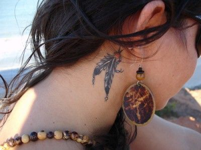 Últimamente se han popularizado los tatuajes de plumas que simulan ser aretes, ideales para mujeres.