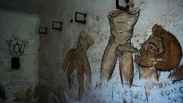 En los interiores de una antigua fortaleza en ruinas, convertida hoy en lugar clandestino de encuentro sexual, nos sumergimos en la experiencia de hombres gays acostumbrados a vivir su vida detrás de los muros.  dirección DAMIÁN SAÍNZ producción JAVIER FERREIRO