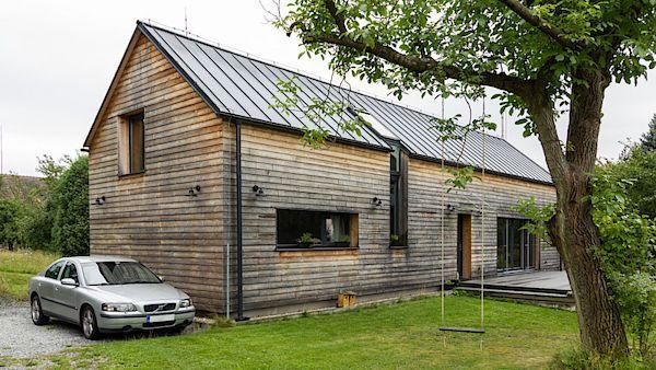 Majitelé se rozhodli opustit velkoměsto a postavit si uprostřed kopcovité krajiny nedaleko Sázavy dřevěný domek.