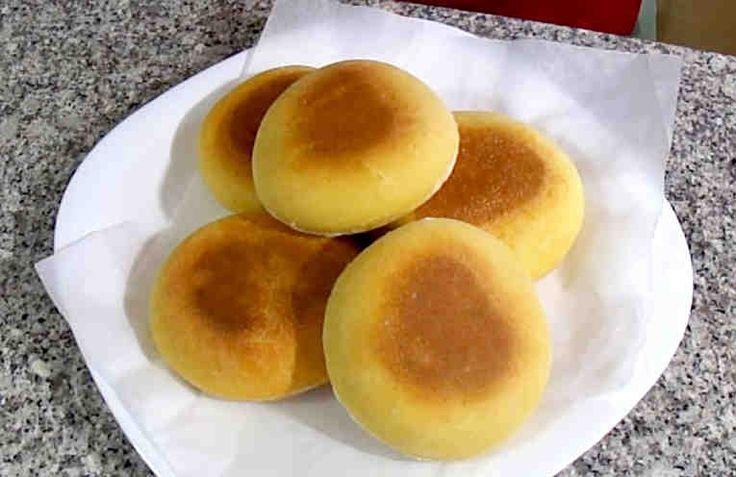 Lo mejor de estos panes, aparte de hacerlos sin horno, es que están buenos tanto con dulce como con salado y además te solucionaran el desayuno, la merienda o incluso la cena de domingo a partir de ahora esta receta será tu salvación.     Ingredientes para unos 5 o 6 panecillos: + 250gr de har