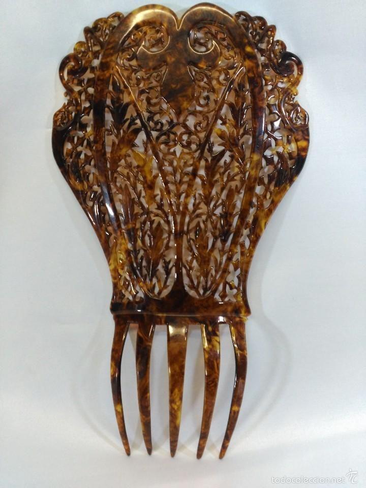 Preciosa peineta antigua en celuloide símil carey. Teja 18x16cms, púa 8.5cms…
