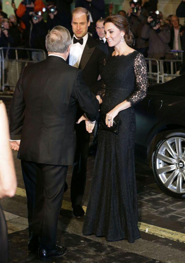 SENSUELL i SVART: Hertuginnen ankom The Royal Palace i en fotsid blondekjole designet av Diane Von Furstenberg i anledning kulturarrangementet Royal Variety Performance. Foto: Getty Images