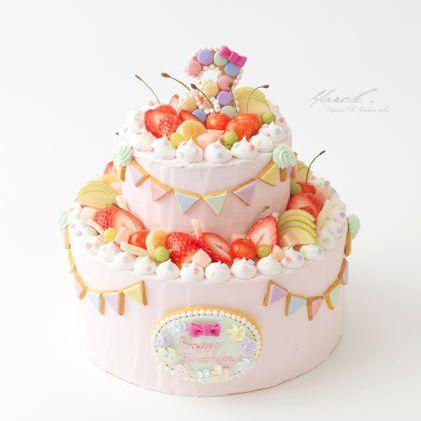 『ハウススタジオの撮影小物』というテーマで作りました。イメージは、3歳の女の子のバースデー。お誕生日の記念写真を撮りに来た小さな女の子の撮影に使えるようなキュートでHAPPYなリアルサイズのケーキ。三角のアイシングクッキーのフラッグガーランドがポイントです。今回はケーキに合わせてパステル調にしました。写真に写った時リアルなクリーム感が伝わるようナッペはラフに、かわいい写真を演出できるようフル...
