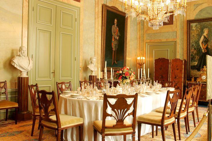 De eetkamer in Huis Doorn gedekt met het porseleinen servies vervaardigd door KPM.
