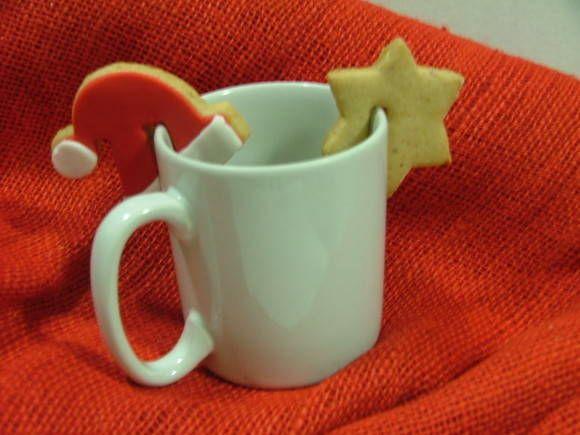 Quer surpreender seus convidados na ceia de Natal, ou presenteá-los de forma original ?  Biscoitos para decorar xícaras, com temas natalinos... (Gorro do Papai Noel, estrela, estrela cadente, árvore de natal, bengala doce...)  Podendo ser decorados com pasta americana, glacê real... ou sem decoração !  Sabores baunilha, chocolate, amêndoa, limão ou laranja.  Notas importantes: 1. Por ser um produto confeccionado de forma artesanal, os biscoitos poderão sofrer variações entre si quanto ao seu…