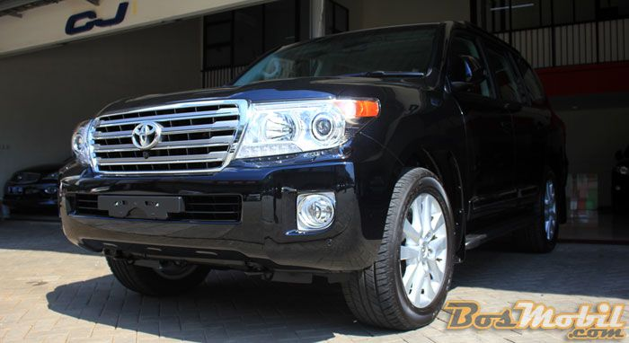 Toyota Land Cruiser UK Version : Menikmati Gagahnya SUV Premium