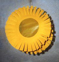 Eine Laterne in Form einer Sonne basteln.