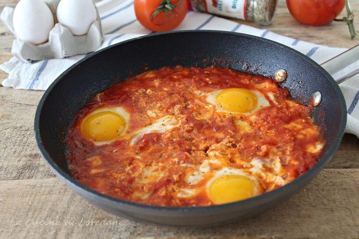 Preparate il pane, perchè sarà impossibile non fare la scarpetta nel delizioso sughetto di queste buonissime Uova al pomodoro e mozzarella