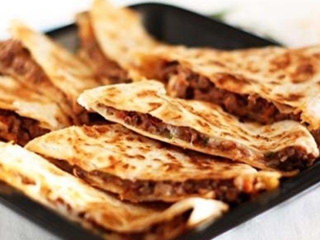 Кесадилья с копченой олениной http://feedproxy.google.com/~r/anymenu/hMaC/~3/PXs5SbNVHaM/  Шведская кухня. Кесадилья с копченой олениной – идеальное блюдо, демонстрирующее успешное соединение разных, местных вкусовых предпочтений и новых технологий. Блюда мексиканских кулинаров являются популярной основой многих рецептов шведской кухни, но с гораздо меньшим количеством красного стручкового перца и большим — оленины. Если оленину найти сложно, ее можно заменить любой дичью. Из ниже написанных…