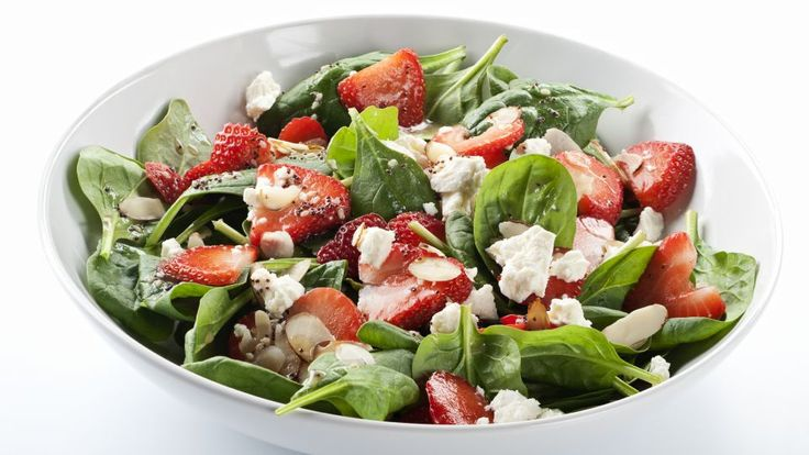 Simpel sommersalat med friske ærter, jordbær og sennepsvinaigrette er en lækker dansk opskrift af Maria Engbjerg fra Go' morgen Danmark, se flere salat på mad.tv2.dk