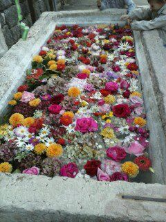 Fiori nella fontana a Castione di Brentonico per la Festa della castagna