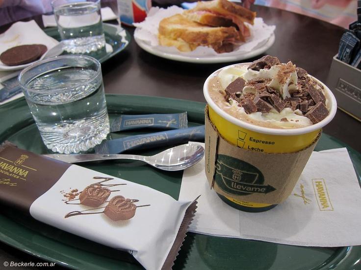 Havanna Café en Ellauri.  Es el Starbucks de América del Sur.   Los cafés, los licuados de frutas, el chocolate a la taza, los ALFAJORES, todo! todo esta buenísimo y muy bien presentado, con su agua con gas... que no falte de nada. La imagen de la marca y el espacio tienen un toque muy inglés, que por supuesto me encanta!