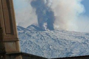 L'unità di crisi della Sac, dopo i sondaggi del caso, ha deciso di non chiudere l'aeroporto Fontanarossa di Catania, momentaneamente non interessato dalla caduta di cenere vulcanica