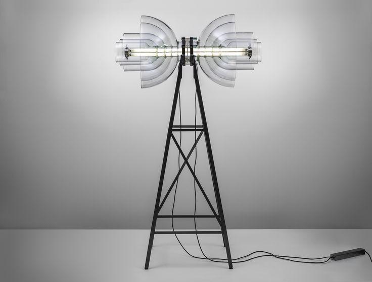 Kolekce Transmission ukazuje laboratorní sklo v jiném světle. Materiálem pro výrobu světelného objektu byly laboratorní baňky - rozříznutím a znovusestavením do soustředné kompozice získal objekt zajímavé světelné vlastnosti. foto: Martin Chum
