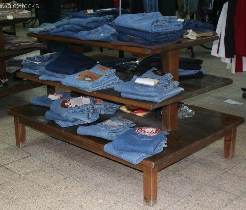 mesas: son muebles que se usan para exponer artículos pequeños de forma apilada. Pueden usarse varios niveles de exposición.