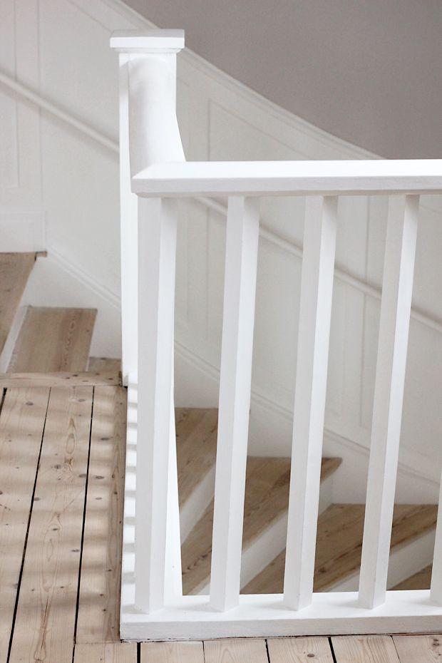 Vitmålade vagnstycken och sättsteg med trästeg. Vitt räcke på övervåningen.