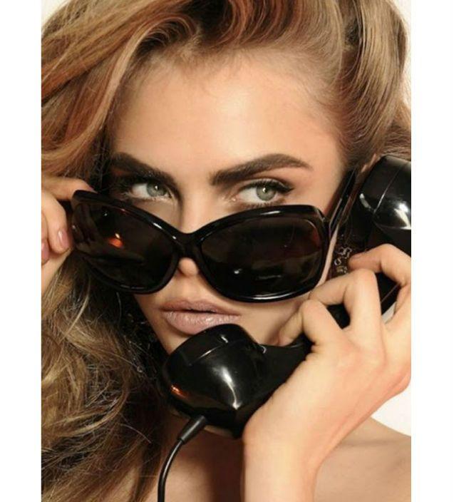 colecție de ochelari elegantă și modernă – Dsquared 2 Primăvară/Vară '13.  Prezentată de celebrul fotomodel Cara Delevingne, colecția de ochelari și accesorii o înfățișează cu mult glamour pe femeia tânără, îndrăzneață și sexi! O imagine la care contribuie în mod deosebit lentilele mirrored (oglindă) – îndrăgite de toți designerii în acest an, dar mai ales de către fashionistele împătimite!