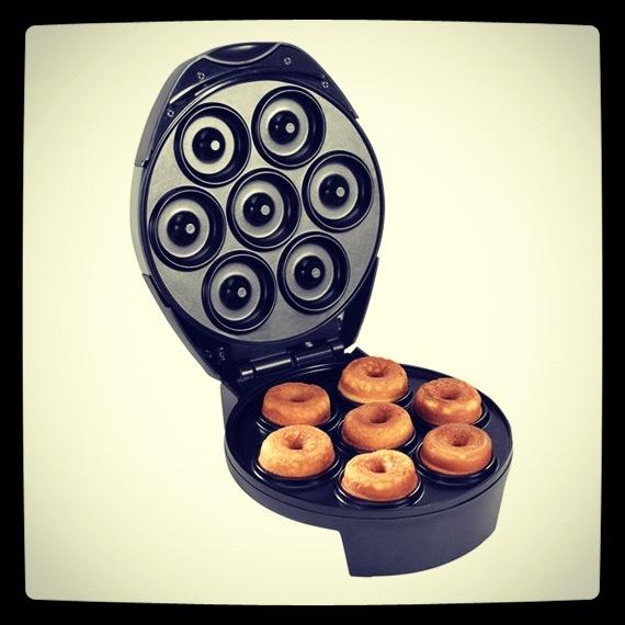 Do it yourself! Máquina para hacer donuts en casa. ¡Tan ricamente!   http://www.neodalia.com/es/ventas/maquina-donuts/maquina-donuts-rosquillas