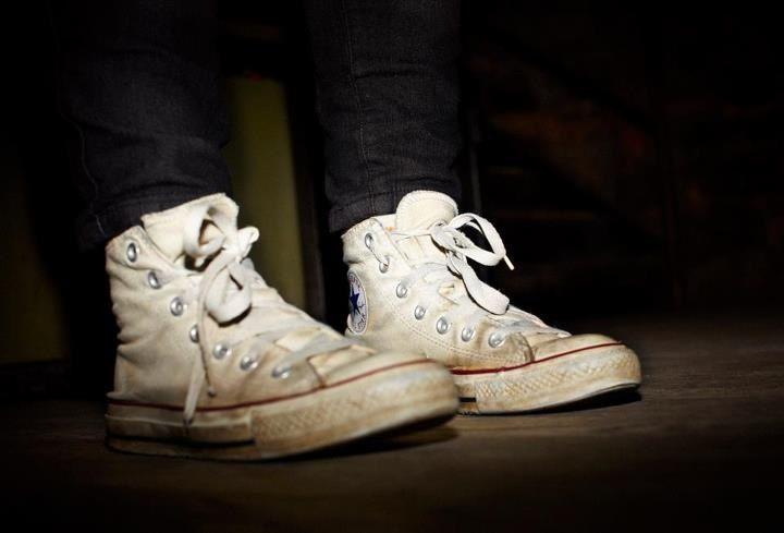 ac9c0da965e Men who wear dirty white converse  3
