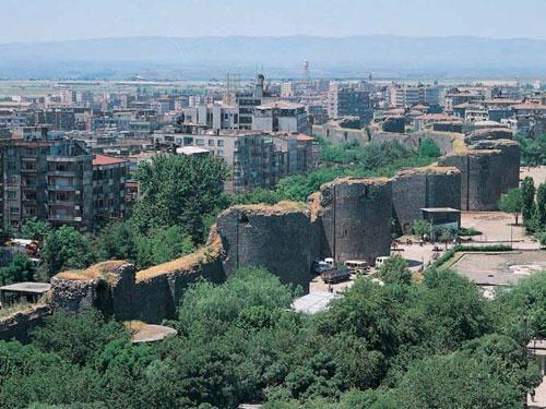 Diyarbakır Ucuz Uçak Bileti    7.500 yıllık bir geçmişe sahip olan Diyarbakır , ısının 40-50 dereceye kadar çıktığı yaz günlerinin bunaltıcı sıcaklığından kurtulmak amacıyla gelişen düz damlı evleri ile tipik yöre mimarisinin günümüze de taşındığı bir Güneydoğu Anadolu Bölgesi şehridir http://anitur.com.tr/yurtici-ucak-bileti/diyarbakir