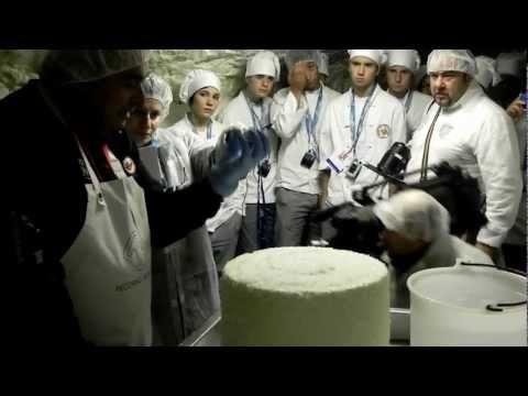 La salatura del Pecorino Romano DOP nelle grotte Brunelli a Prima Porta, Roma.