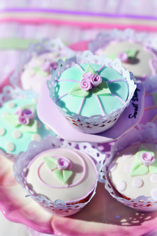 Vintage party theme: These beautiful cupcakes complement the theme perfectly.