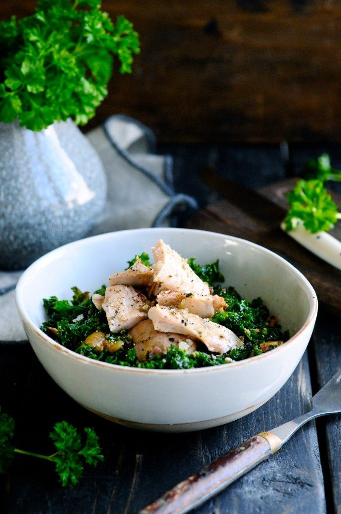 Kale salad with chicken, bacon and dried figs in a perfect mustard dressing | www.juliekarla.dk