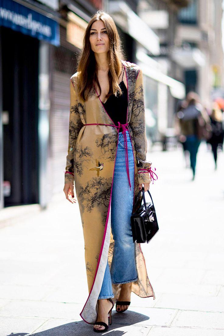 Топы из рубашечной ткани с воланами, халаты-кимоно, топы с декольте необычного кроя, обрезанные джинсы: cамые красивые и необычные образы гостей Недели Высокой моды — в объективе уличных фотографов.