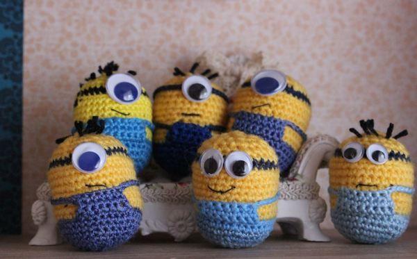 Sie sind klein, gelb und süß. Ein schönes Geschenk oder auch eine schöne Deko für jeden Minion-Fan. Jedes Kind würde sich über diesen neuen Mitbewohner freuen! Eine Schritt-für-Schritt Anleitung ist leicht verständlich und für Anfänger geeigne