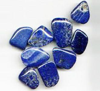Lápis Lazuli. Essa pedra purifica a mente e o espírito, além de estimular a nossa criatividade e as capacidades psíquicas. Aumenta o poder espiritual e facilita as viagens astrais.
