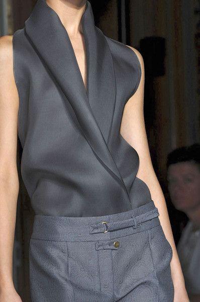 Yves Saint Laurent blusa gris cuello esmoquin estilosa