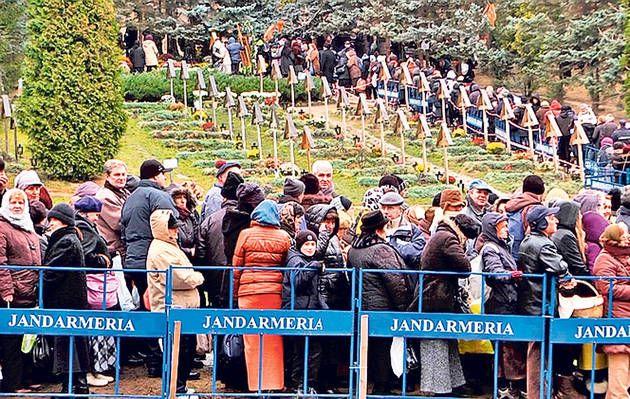 Peste 10.000 de oameni la Mănăstirea Prislop la mormântul  Parintelui Arsenie Boca