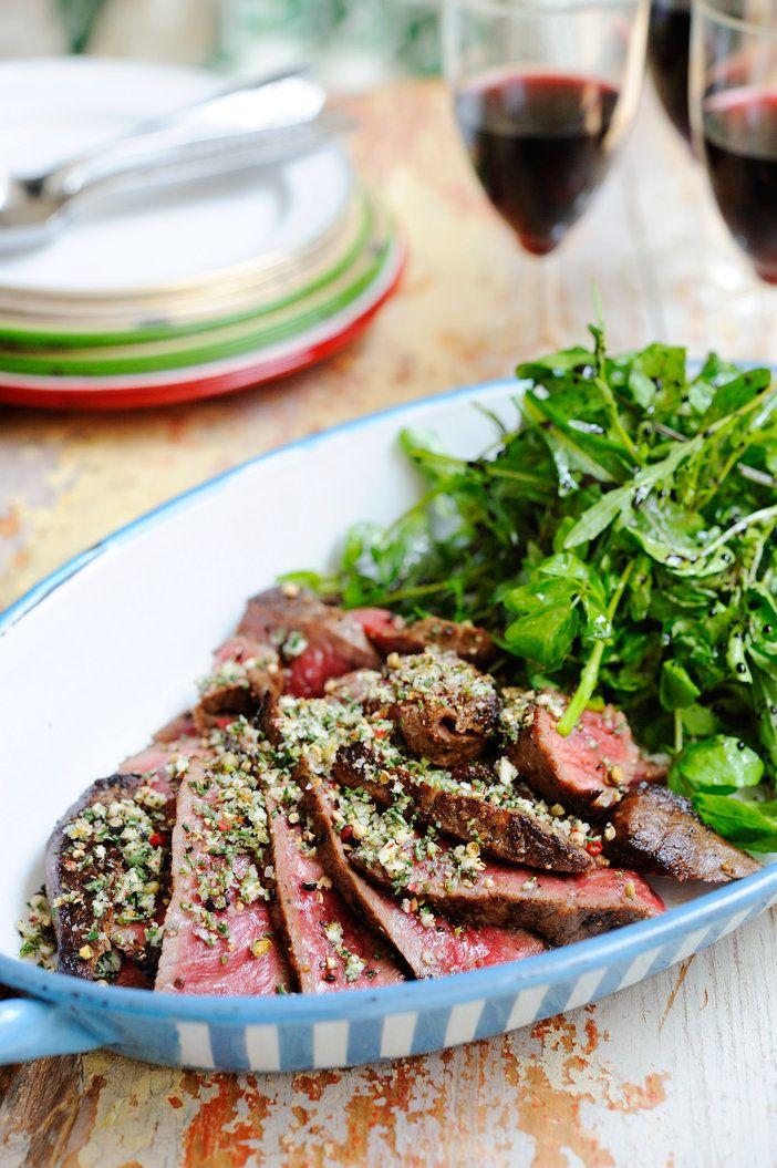 牛肉のごくシンプルな食べ方。「タリアータ」とはイタリア語で「(薄く)切った」という意味。大きく焼いた牛肉を切って、野菜などと一緒に食べる料理。シンプルだからこそおいしい!|『ELLE a table』はおしゃれで簡単なレシピが満載!