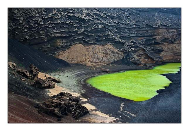 Tűzhegyek, Kanári-szigetek A zöld víz, a fekete homok, és a különleges alakú vérvörös sziklák népszerű természeti attrakcióvá tették a parkot.