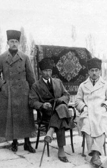 ATATÜRK DİYOR Kİ: ''İlkemiz, hiç kimseyi olayların sivrilttiği bireyler etrafında eli göğsünde durdurmak hedefini amaç edinmez.''  (Kılıç Ali, Atatürk'ün Hussusiyetleri, s. 64)