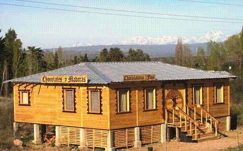 """una fábrica de chocolates hecha por sus propios dueños. En Sierras de Encalada, Mendoza, denominada """"Chocolates y Maderas""""."""