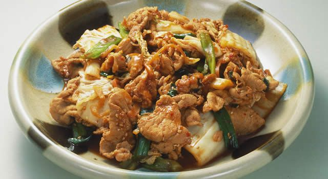豚肉のキムチ炒めのレシピ。材料は豚もも肉(薄切り)、白菜キムチ、青ねぎ、ごま油など。作り方だけでなく、全レシピにカロリーや栄養価情報つきでダイエットや健康管理に便利!豚肉のキムチ炒めの簡単おいしいプロの技やコツも!