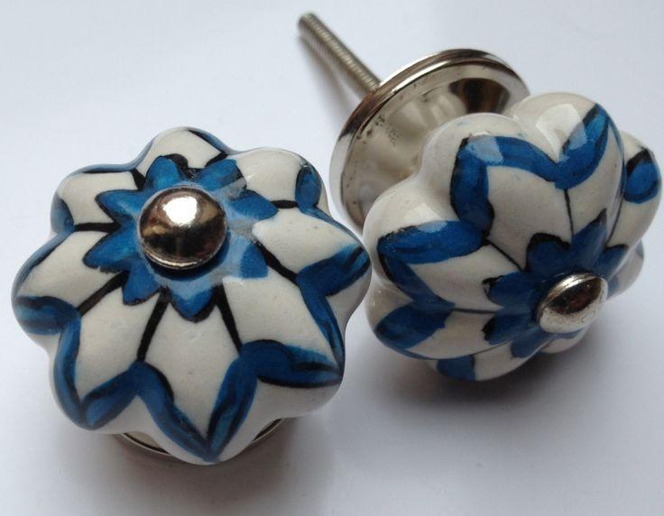 183 witte bloemknop met blauwe accenten