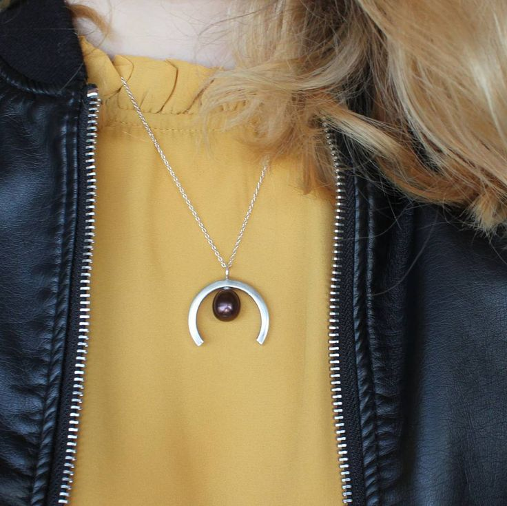 Of you want the Pearl Pendant to stand out choose a bright shirt/dress with, for example, a high neck This way the dark pearl really gets a chance to shine as it stands in contrast to the color!✨ See the link in bio to find your Pendant!#KnappmannDesign #Denmark #Danmark #smykker #silver #gold #jewelry #jewellery #handcrafted #håndlavet #handmade #pendant #freshwaterpearl #Style #styleinspo #inspo #bright #mustardyellow #love #pretty #femaleentrepreneur #womanentrepreneur